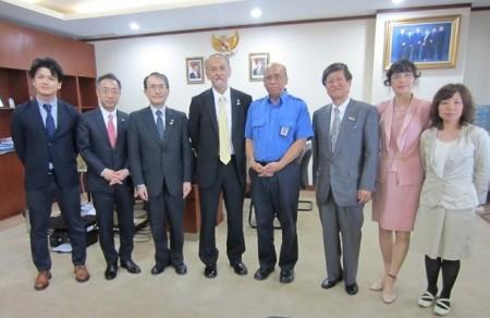 熊本大学インドネシア同窓会会長Dr.Titon氏(右から4人目)との記念撮影