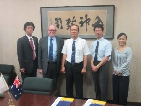 パーフィット副学長(左から二人目)と松本理事(中央)