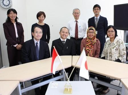 アイルランガ大学日本語講師(前列右から3名)と高島グローバル教育カレッジ長(前列左端)