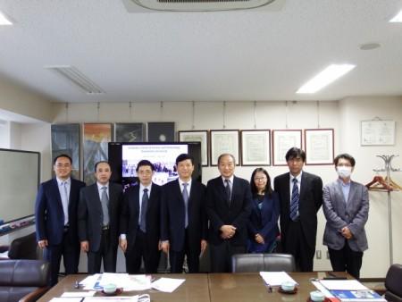 中央:解学長と大谷順大学院自然科学研究科長