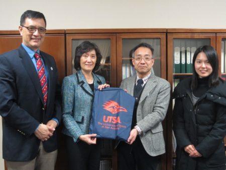 大学院社会文化科学研究科 伊藤研究科長(右から2人目)