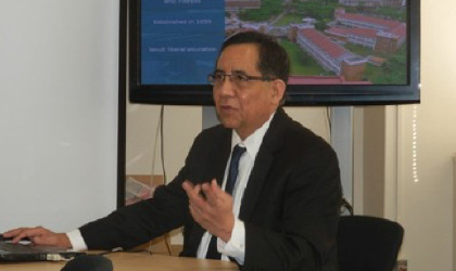 アテネオ・デ・マニラ大学の紹介を行うCruz副学長