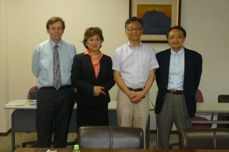 (左から)コナー生涯教育学部長・フイ語学研修プログラム部長・溝上副工学部長・水本准教授
