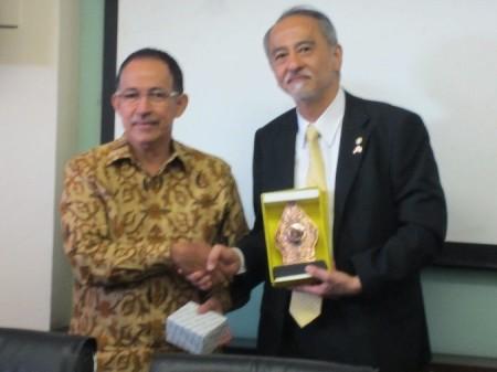 インドネシア大学Muhammad Anis学長(左)と原田学長