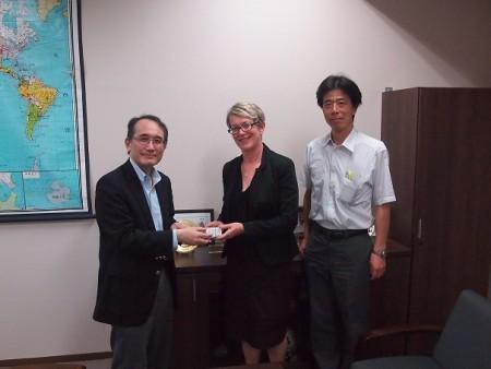 (左から)高島副学長・ピッキースリーUNSW附属語学校長・鳥居グローバル教育カレッジ副カレッジ長