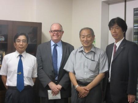 左から:檜山卓越教授、パーフィット副学長、大谷自然科学研究科長、鳥居修一グローバル教育カレッジ副カレッジ長