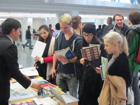 本学への留学について説明する職員