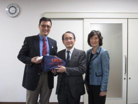 (左から)Yao院長、高島副学長、Yu副院長